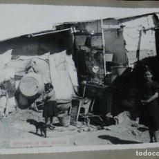 Postales: ANTIGUA FOTOGRAFIA DE CEUTA 1938, EXTERIOR DE UNA BARRACA, MIDE 23 X 18 CMS. FOTO ROS, PEGADA A CART. Lote 150817754