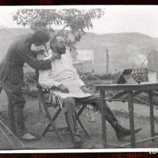 Postales: FOTO POSTAL DE OFICIAL SIENDO AFEITADO, CAMPAÑA DEL RIF, NO CIRCULADA.. Lote 243798665