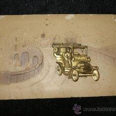 Postales: ANTIGUA POSTAL TROQUELADA CON AUTOMOVIL METALICO. Lote 34072471