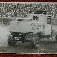 Postales: ANTIGUA FOTOGRAFIA DE COOCHE FORD REGANDO LA PLAZA DE TOROS DE BARCELONA, NO CIRCULADA.. Lote 37069157