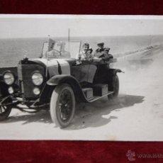 Postales: ANTIGUA FOTO POSTAL DE LOS AÑOS 30-40. COCHE CON MILITARES. SIN CIRCULAR. Lote 49317006