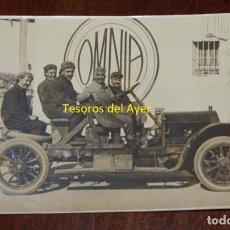 Postales: FOTOGRAFIA DE AUTOMOVIL CON TRABAJADORES DE LA EMPRESA OMNIA, FOTO R. GUILLEMINOT, TAMAÑO POSTAL.. Lote 95987055