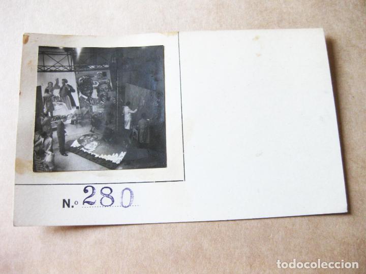 FOTOGRAFIA DE UN ESTUDIO DE PINTURA DE CARTELES DE CINE (Postales - Postales Temáticas - Coches y Automóviles)