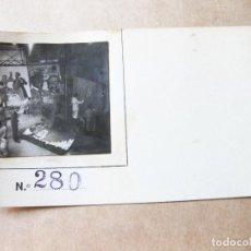 Postales: FOTOGRAFIA DE UN ESTUDIO DE PINTURA DE CARTELES DE CINE. Lote 105183583