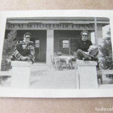 Postales: FOTOGRAFIA DE LOS AÑOS 50 EN EL REAL MOTO CLUB DE ESPAÑA. Lote 105235911