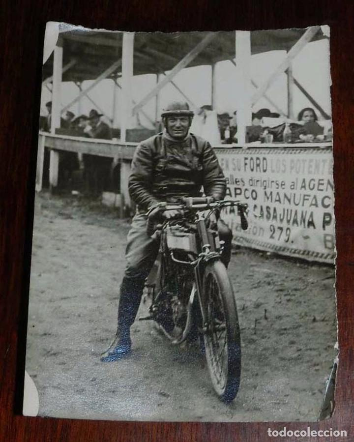 FOTOGRAFIA DE MOTOCICLETA EN UNA CARRERA POSIBLEMENTE EN BARCELONA, MIDE 13 X 9 CMS (Postales - Postales Temáticas - Coches y Automóviles)