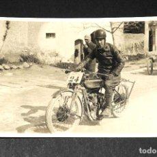 Postales: TARJETA POSTAL FOTOGRAFIA MOTO EN CARRERAS. Lote 118345279