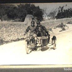 Postales: TARJETA POSTAL FOTOGRAFIA MOTO CON SIDECAR EN CARRERAS. Lote 123827939
