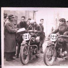 Postales: TARJETA POSTAL FOTOGRAFIA MOTOS EN CARRERAS. Lote 125869823