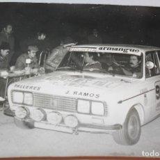 Postales: ESCUDERIA ARMANGUE FOTOGRAFÍA RALLY DE LA COSTA BRAVA 1977, 24X18 CM, MARCAS DE CHINCHETAS EN LATER. Lote 138035590