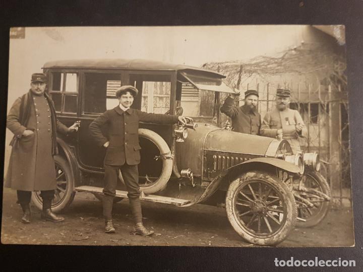 POSTAL AUTOMOVIL COCHE GRUPO DE MILITARES JUNTO A VEHICULO HACIA 1910 (Postales - Postales Temáticas - Coches y Automóviles)