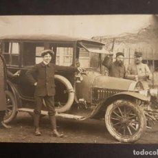 Postales: POSTAL AUTOMOVIL COCHE GRUPO DE MILITARES JUNTO A VEHICULO HACIA 1910. Lote 140600322