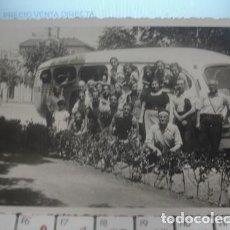 Postales: POSTAL DE GRUPO CON AUTOBUS - PORTAL DEL COL·LECCIONISTA. Lote 143730258