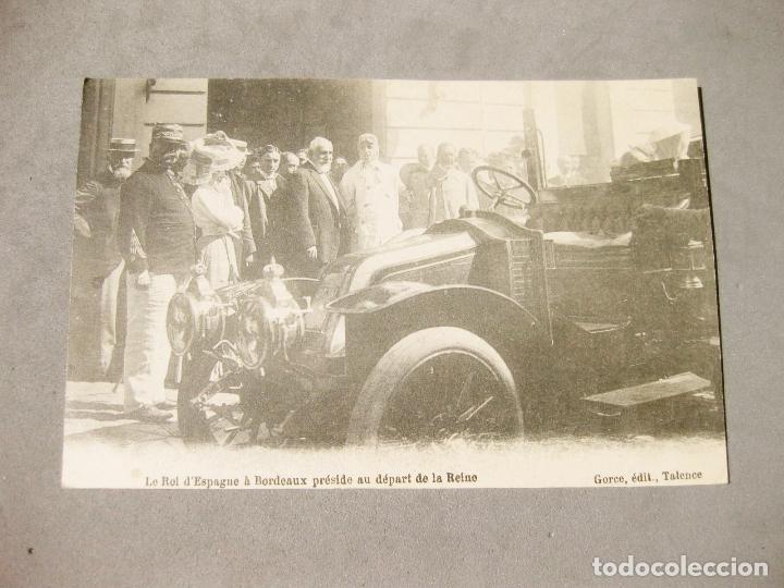 POSTAL DE LOS REYES DE ESPAÑA EN BURDEOS CON UN AUTOMOVIL RENAULT (Postales - Postales Temáticas - Coches y Automóviles)