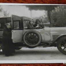 Postales: FOTO POSTAL DE AUTOMOVIL CON SU CONDUCTOR, FAMILIA DE LA ARISTOCRACIA ESPAÑOLA, TAMAÑO POSTAL, PRINC. Lote 169388944