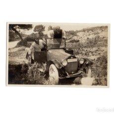 Postales: COCHE ANTIGUO. AUTOMOVIL ATROPELLANDO A UN HOMBRE.- POSTAL FOTOGRÁFICA.. Lote 175136842