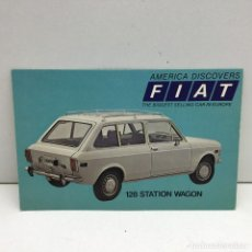Postales: POSTAL FIAT 128 STATION WAGON - AMERICA DISCOVERS THE BIGGEST SELLING CAR IN EUROPE - SIN CIRCULAR. Lote 180008113