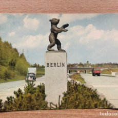 Postales: AUTOPISTA ENTRADA SALIDA BERLÍN. CRUCE. AUTOBAHN. RARA. COCHE ANTIGUO.. Lote 194365261