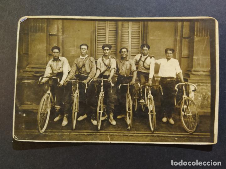 CICLISTAS-HOMBRES EN BICICLETA-POSTAL FOTOGRAFICA ANTIGUA DE CICLISMO-(68.627) (Postales - Postales Temáticas - Coches y Automóviles)