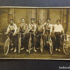 Postales: CICLISTAS-HOMBRES EN BICICLETA-POSTAL FOTOGRAFICA ANTIGUA DE CICLISMO-(68.627). Lote 196604105