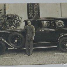 Postales: FOTOGRAFIA DE CHOFER CON AUTOMOVIL, AÑO 1920 APROX. MIDE 14 X 9 CMS.. Lote 199997965