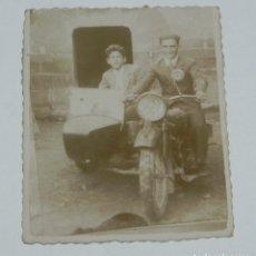 Postales: FOTOGRAFIA DE MOTO CON SIDECAR, AÑOS 20 O 30, MIDE 8 X 6,5 CMS.. Lote 203617727