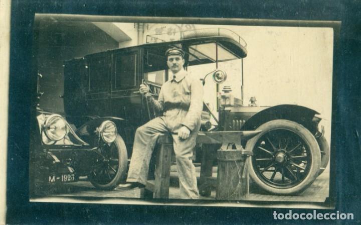 MADRID. FOTOGRAFICA. DOS COCHES EN EL TALLER. CIRCULADA EN 1914.MUY RARA. (Postales - Postales Temáticas - Coches y Automóviles)