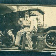 Postales: MADRID. FOTOGRAFICA. DOS COCHES EN EL TALLER. CIRCULADA EN 1914.MUY RARA.. Lote 233918460