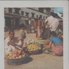 Postales: LOTE A-POSTAL PUBLICIDAD TAMAÑO GRANDE -24X16 MERCADOS EXOTICOS NEPAL AÑO 1973. Lote 287671243