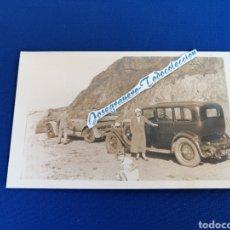 Postales: COCHES ANTIGUOS EN LA PLAYA FOTOGRAFIA. Lote 294825743