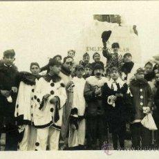 Postales: POSTAL GRUPO DE PERSONAS DISFRAZADAS DELANTE MONUMENTO EMILIO CASTELAR. Lote 8474164