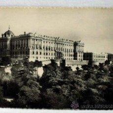 Postales: POSTAL MADRID PALACIO REAL VISTA DESDE CAMPO DEL MORO AÑOS 50. Lote 13028072