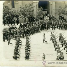 Postales: POSTAL FOTOGRAFICA ALFONSO XIII PRESIDIENDO UN DESFILE MILITAR. Lote 16325125