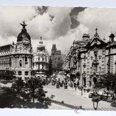 Postales: POSTAL MADRID CALLE ALCALÁ Y AVENIDA JOSÉ ANTONIO ED GARCÍA GARRABELLA CIRCULADA 1957. Lote 25905335
