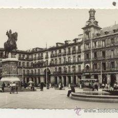 Postales: POSTAL AÑOS 50 / MADRID PLAZA MAYOR // TRANVIA . Lote 26703783
