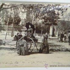 Postales: ANTIGUA FOTOGRAFIA ALBUMINA DE NIÑOS JUGANDO CON UN CARRO EN UNA CALLE DE MADRID, MIDE 11 X 8 CMS.. Lote 30700006
