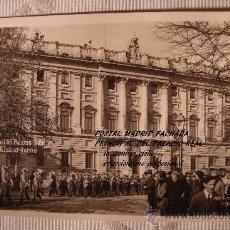 Postales: ANTIGUA TARJETA POSTAL DE MADRID FACHADA PRINCIPAL DEL PALACIO REAL SALIDA ALABARDEROS. MARGARA.. Lote 30955511