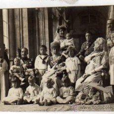 Postales: FOTOGRAFIA 15 X 11 CM. REAL FAMILIA DESPUES DEL BAUTIZO DEL INFANTE DON GONZALO. MADRID PALACIO REAL. Lote 31892024