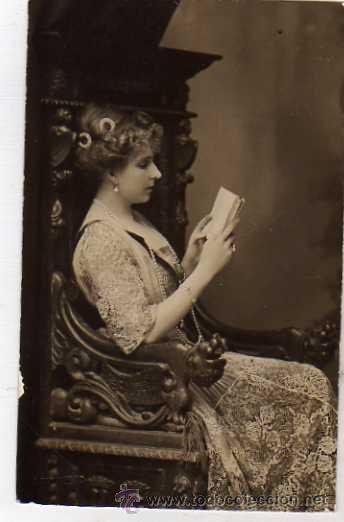 POSTAL FOTOGRÁFICA. FRANZEN FOTOGRAFO. LA REINA VICTORIA EUGENIA DE BATTENBERG LEYENDO UN LIBRO.. (Postales - España - Comunidad de Madrid Antigua (hasta 1939))