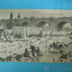 Postales: ANTIGUA POSTAL DE MADRID - UN LAVADERO EN EL PUENTE DE TOLEDO - CIRCULADA 1906. Lote 32197258