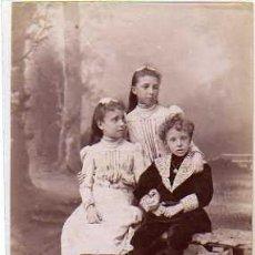 Postales: FOTOGRAFÍA. EL REY ALFONSO XIII Y SUS HERMANAS INFANTAS Mª TERESA Y Mª DE LAS MERCEDES. MONARQUIA.. Lote 39380047