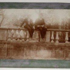 Postales: ANTIGUA FOTOGRAFIA ALBUMINA DE MADRID, SEÑORES EN EL RETIRO - ENMARCADO DE EPOCA EN CRISTAL Y PAPEL. Lote 39549693
