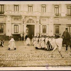 Postales: POSTAL FOTOGRAFIA AUTENTICA MADRID LOS ALABARDEROS SALIENDO DE PALACIO . MP CA AÑO 1900.. Lote 41556428