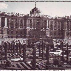 Postales: MADRID. JARDINES DE SABATINI Y FACHADA NORTE DEL PALACIO NACIONAL.. Lote 42230590