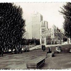 Postales: PS6487 MADRID 'JARDINES DE SABATINI'. FOTO RELIEVE. LLOPIS. CIRCULADA. 1955. Lote 55098143