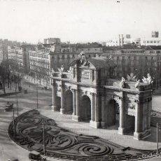 Postales: MADRID. PUERTA DE ALCALA. AUTOBUS DE 2 PISOS Y COCHES AÑOS 40. Lote 57649760