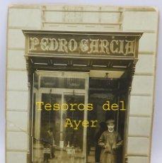 Postales: FOTOGRAFIA ALBUMINA DE LA CONOCIDA ZAPATERIA PEDRO GARCIA, CALLE JORGE JUAN, MADRID, VISTA DEL ESCAP. Lote 59197990
