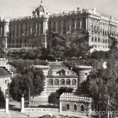 Postales: MADRID. RARA POSTAL DE LOS AÑOS 50 DEL PALACIO REAL. FRANQUEADA SELLO 3 PESETAS CORREO AEREO. Lote 59930683