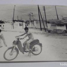 Postales: FOTOGRAFIA DEL POBLADO DE LA ALEGRIA, VALLECAS, MADRID, AÑO 1976, JOVEN CON VESPINO, VESPA, MIDE 24. Lote 75590115