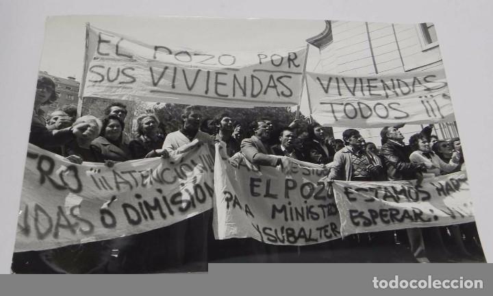 FOTOGRAFIA DEL POZO DEL TIO RAIMUNDO, VALLECAS, MADRID, MANIFESTACION DE LOS VECINOS SOLICITANDO VIV (Postales - España - Comunidad de Madrid Antigua (hasta 1939))